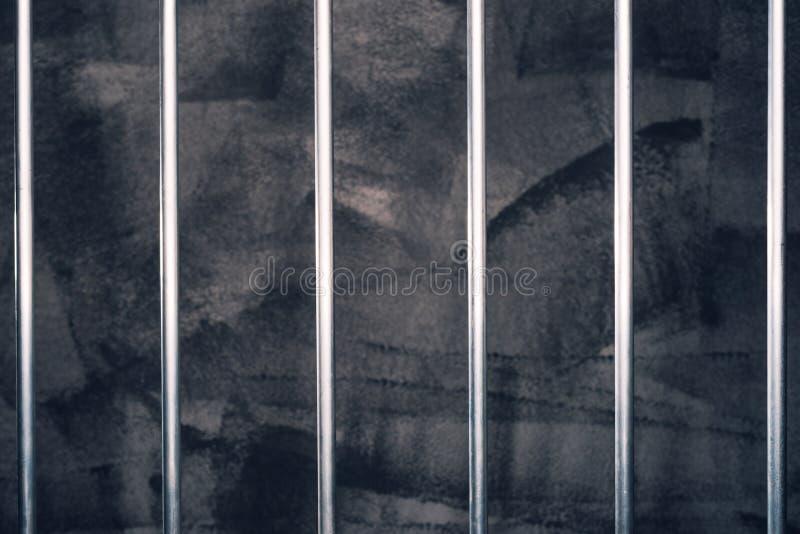 Barras de la cárcel, celda de prisión oscura vacía imágenes de archivo libres de regalías