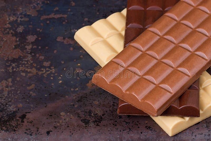 Barras de la leche, oscuras y blancas de chocolate fotografía de archivo