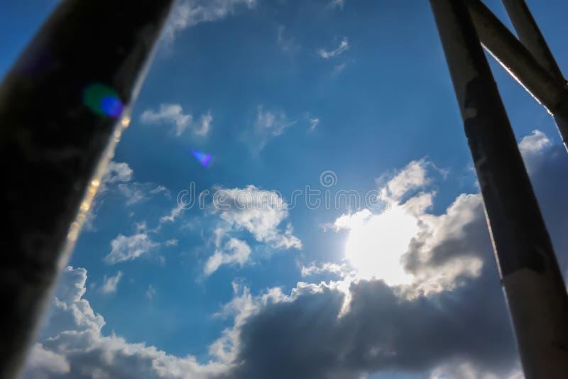 Barras de la prisión y cielo azul imagenes de archivo