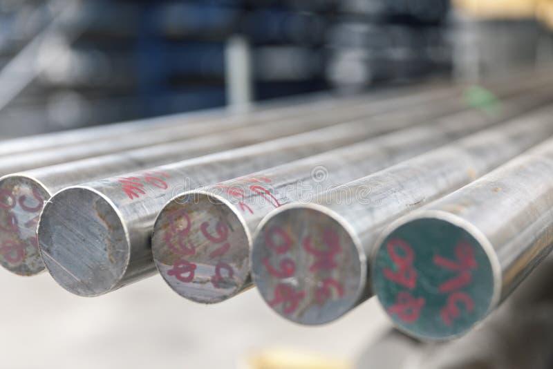 Barras de metal de aço na pilha imagem de stock