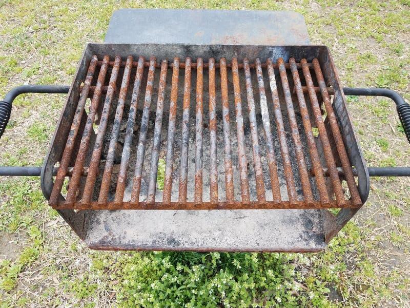 Barras de metal castanhas enferrujadas sobre grelhas de churrasco com fuligem e um buraco imagem de stock royalty free