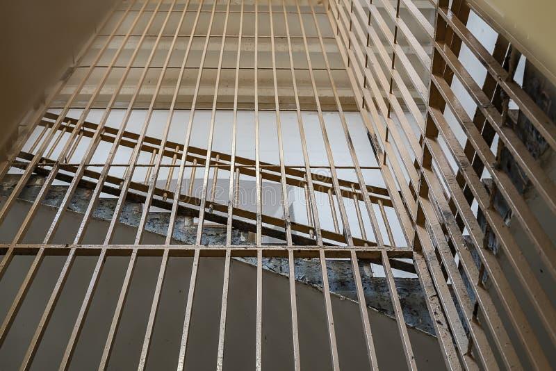 barras de metal en las escaleras de la prisión imágenes de archivo libres de regalías