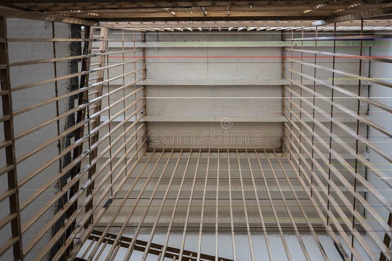 barras de metal en las escaleras de la prisión, visión inferior fotografía de archivo