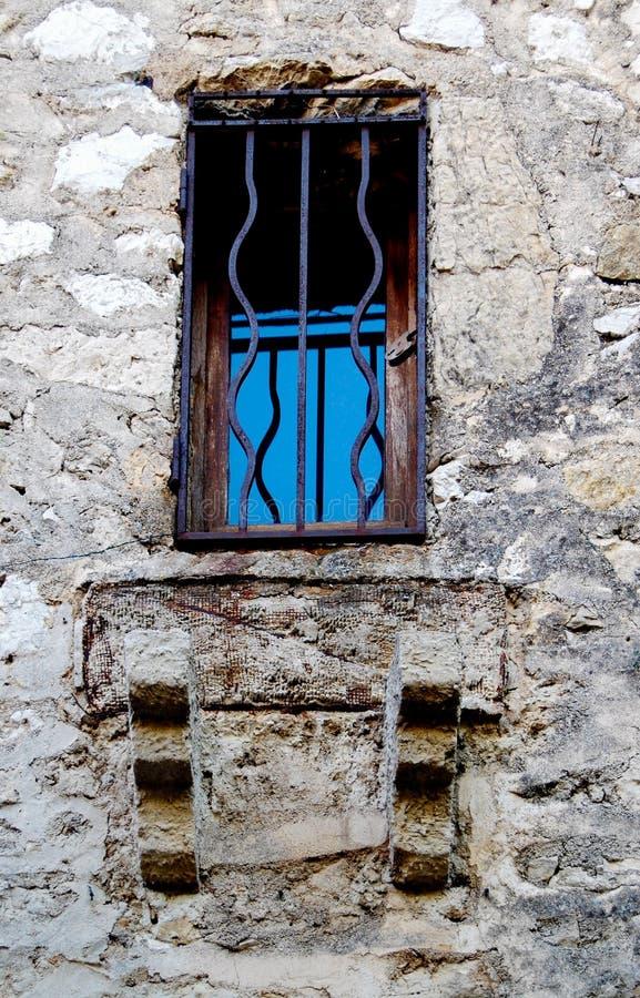 Barras de metal en ventana antigua en Eze Francia foto de archivo