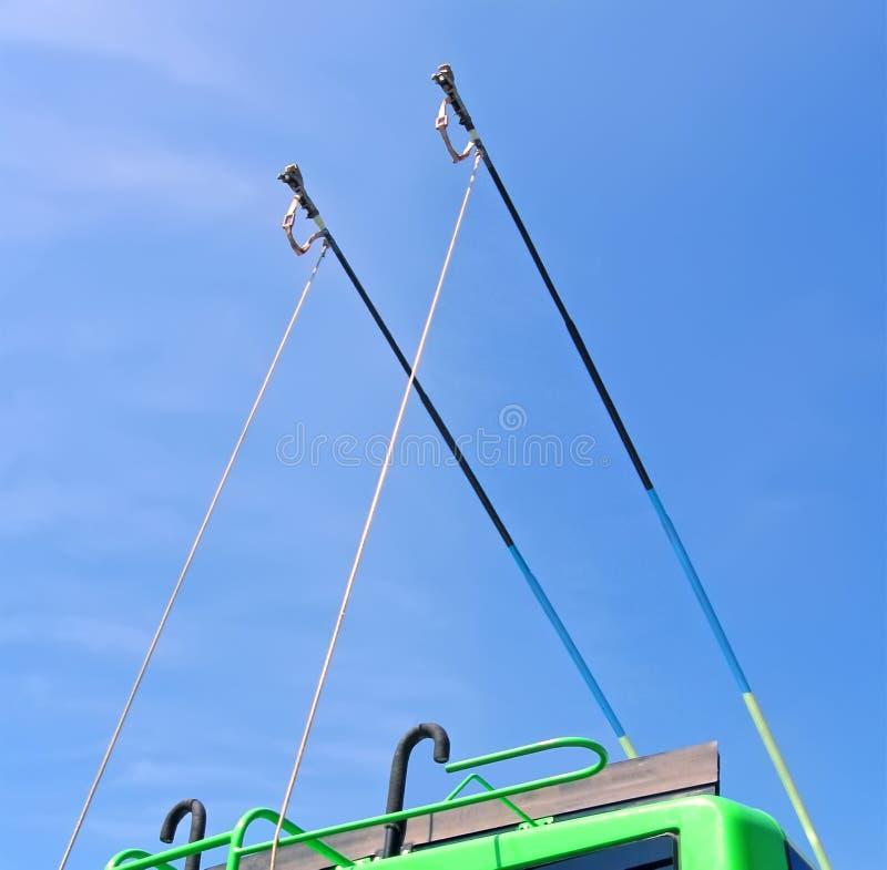 Barras de metal verdes do ônibus bonde com as escadas no céu azul com c branco imagens de stock