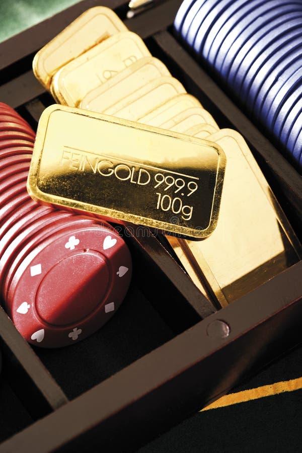 Barras de oro y microprocesadores de juego en caja imagenes de archivo