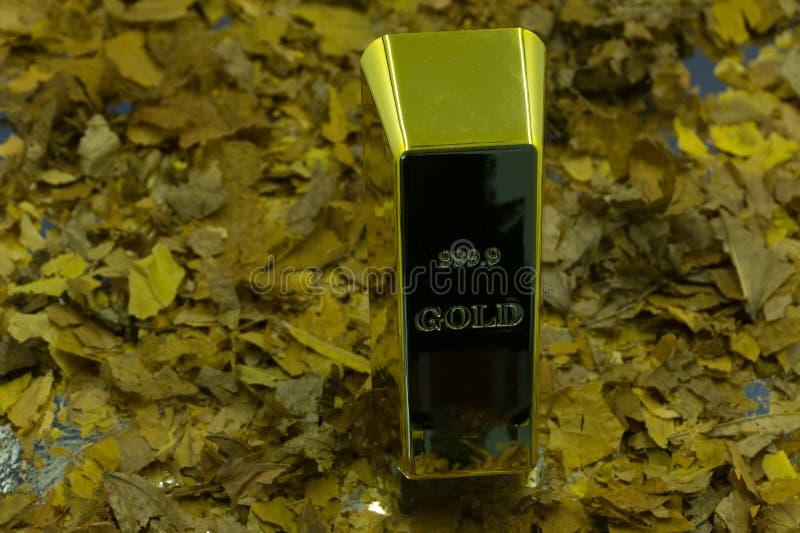 Barras de ouro na seda dourada fotografia de stock royalty free
