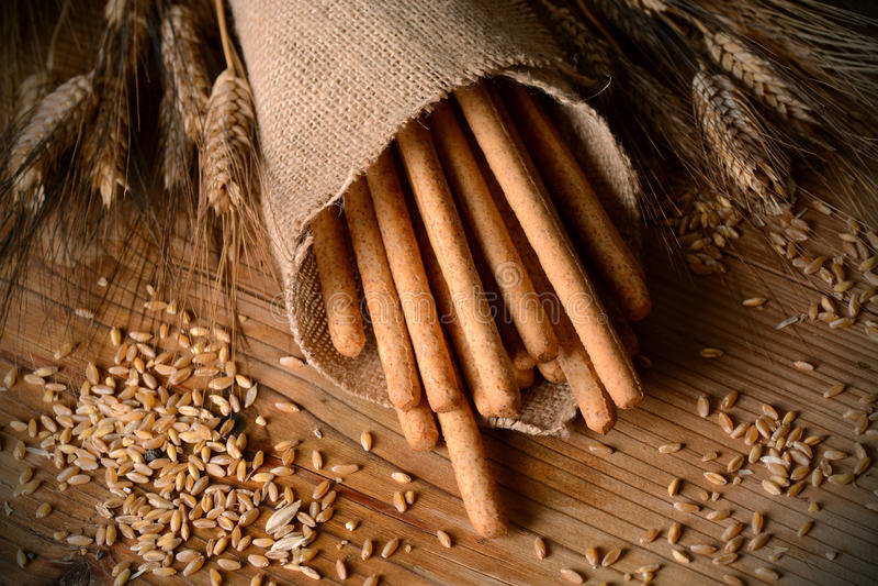 Barras de pan curruscantes en la tabla foto de archivo
