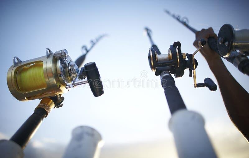 Barras de pesca temprano por la mañana fotos de archivo