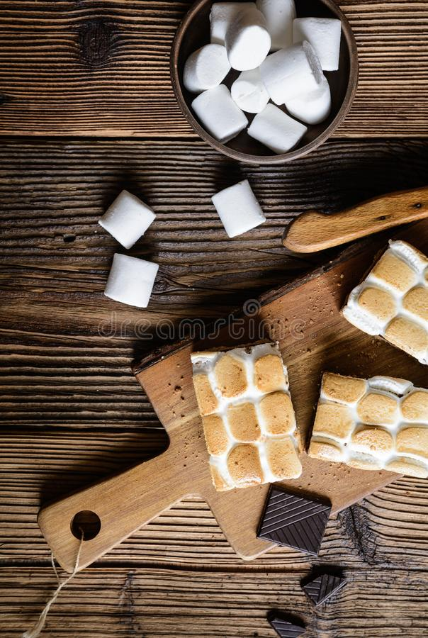 Barras de S'mores com marshmallows e chocolate fotografia de stock royalty free