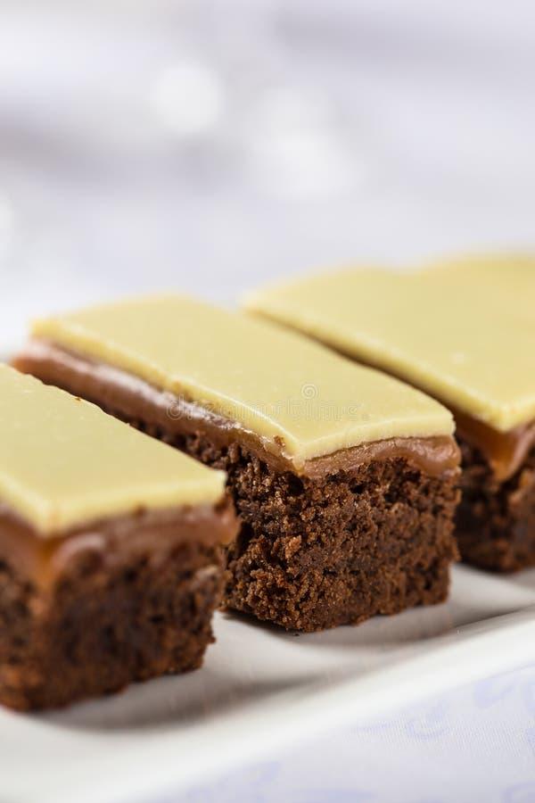 Barras del brownie del caramelo fotos de archivo