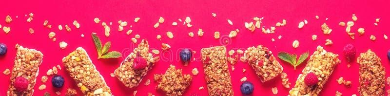 Barras del cereal en un fondo en colores pastel brillante fotografía de archivo
