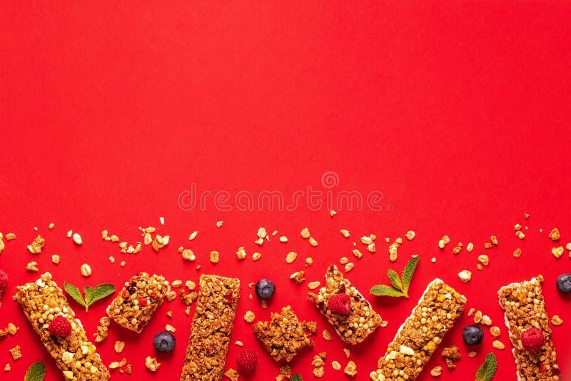 Barras del cereal en un fondo en colores pastel brillante foto de archivo