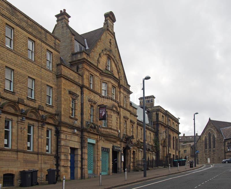 Barras del estudiante en los baños públicos del windsor anterior en el gran camino del horton en Bradford imagen de archivo