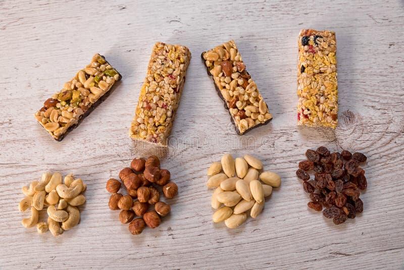 Barras do cereal colocadas em uma tabela com aditivos da porca fotografia de stock royalty free
