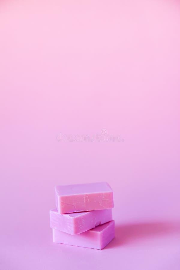 Barras do sab?o no fundo cor-de-rosa macio imagens de stock royalty free