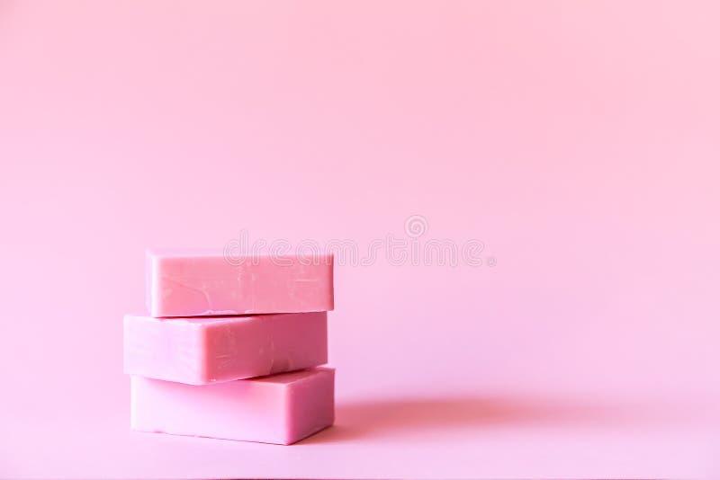 Barras do sab?o no fundo cor-de-rosa macio fotos de stock royalty free