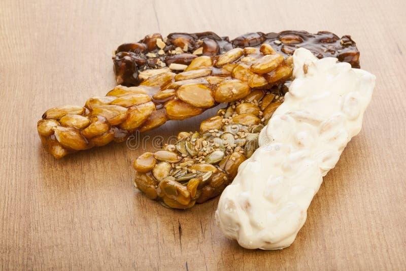 Barras do turron do nougat e do mel e do chocolate da amêndoa fotografia de stock royalty free