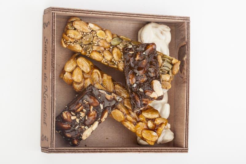Barras do turron do nougat e do mel e do chocolate da amêndoa foto de stock royalty free