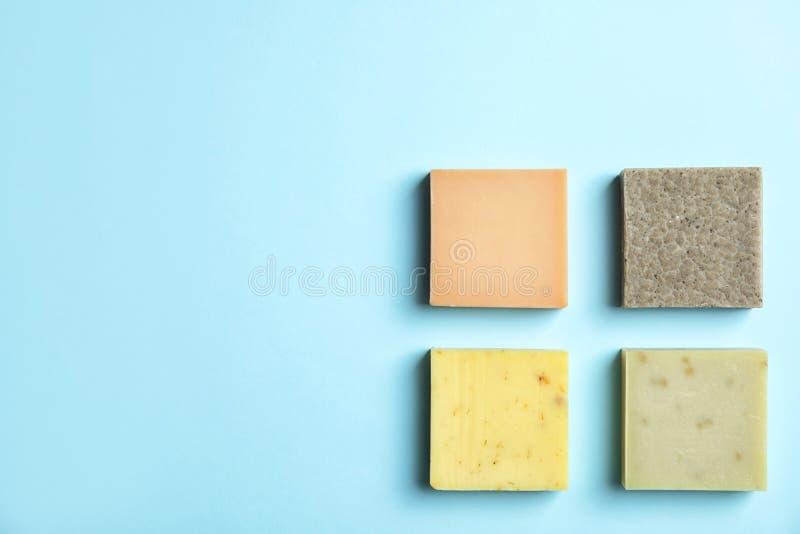 Barras feitos à mão do sabão no fundo da cor, vista superior imagens de stock