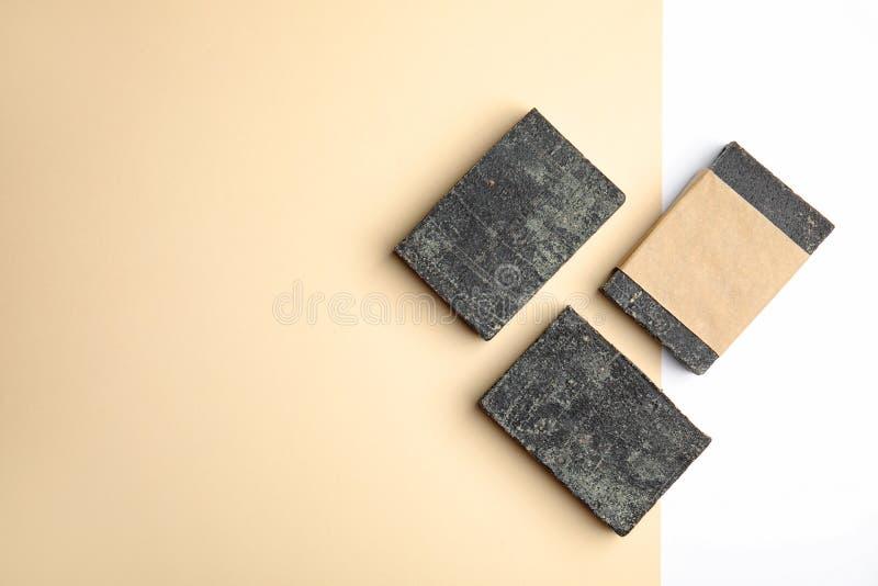 Barras feitos à mão do sabão no fundo da cor, vista superior fotos de stock