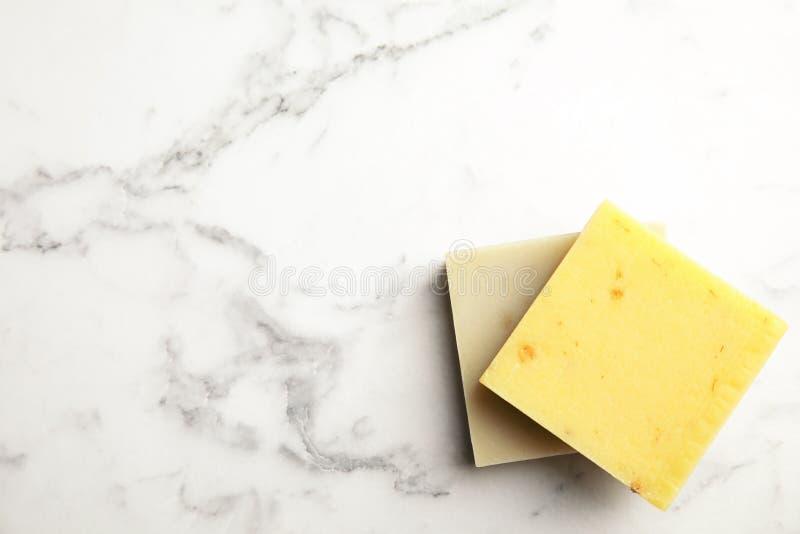 Barras feitos à mão do sabão no fundo de mármore, vista superior fotos de stock