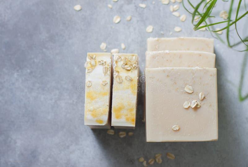 Barras feitos a mão do sabão com flocos da farinha de aveia Fatura de sabão orgânica Tratamentos dos termas foto de stock