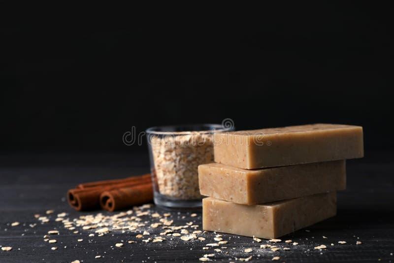 Barras feitos a mão do sabão, farinha de aveia e varas de canela fotos de stock