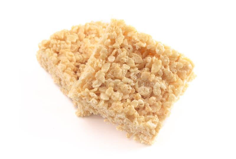 Barras friáveis do deleite do cereal do arroz do marshmallow em um fundo branco fotografia de stock royalty free