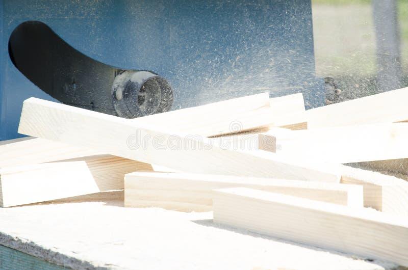 Barras lisas de madera de pino Tubo de una tabla el aserrar circular fotografía de archivo libre de regalías