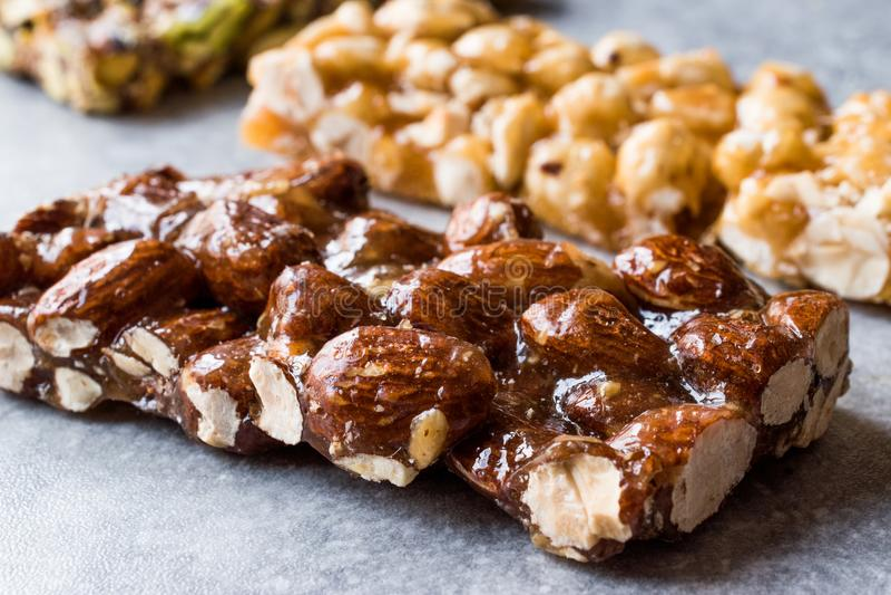 Barras orgânicas com amêndoas, porcas e amendoins com Honey No Glucose imagens de stock royalty free
