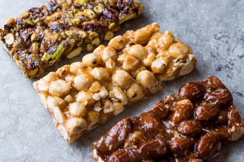 Barras orgânicas com amêndoas, porcas e amendoins com Honey No Glucose foto de stock