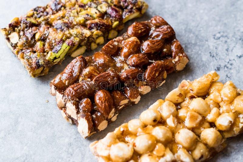 Barras orgânicas com amêndoas, porcas e amendoins com Honey No Glucose fotos de stock