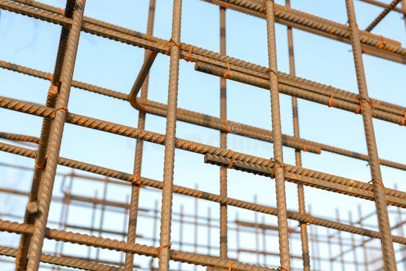 Barras oxidadas do reforço do metal Barras de aço de reforço para a armadura de construção fotografia de stock royalty free