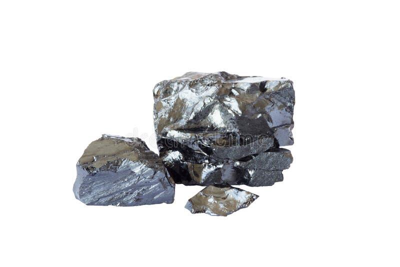 Barras pretas naturais de carvão isoladas no fundo branco As pepitas do carvão industrial fecham-se acima do cortado no fundo bra fotos de stock