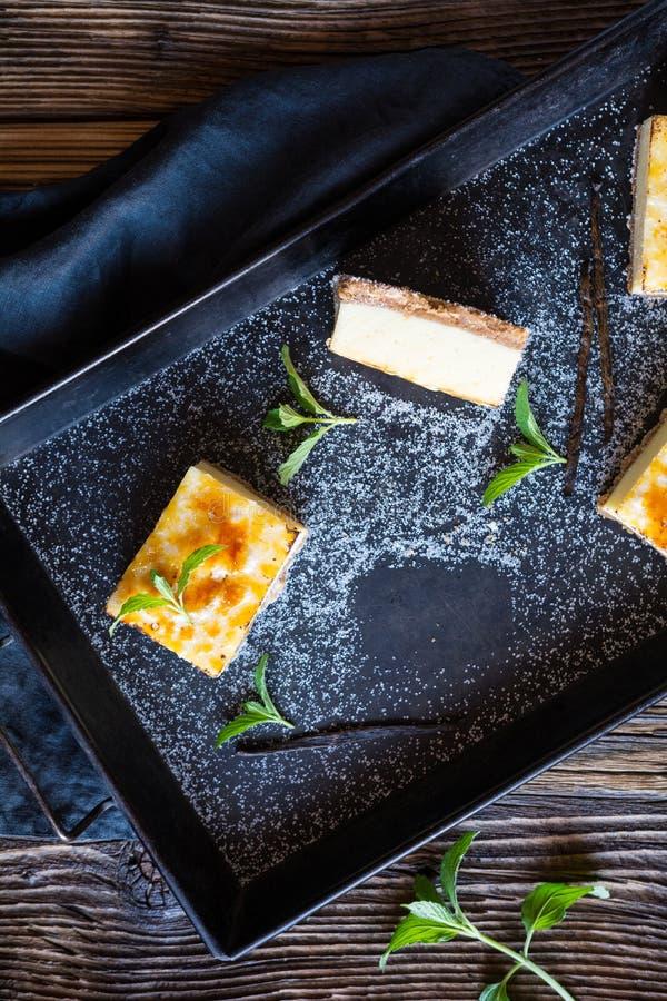 Barras quemadas del pastel de queso de la nata imagenes de archivo