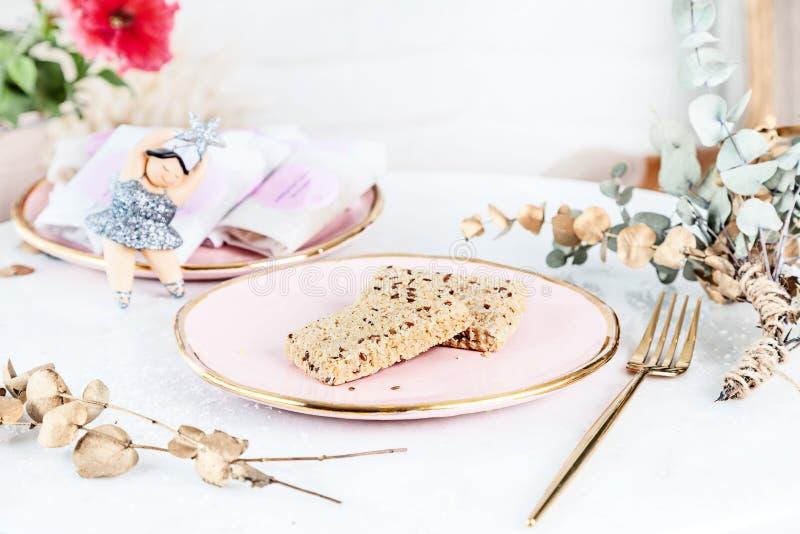 Barras sanas del Veggie con tahini servidas en la placa color de rosa sobre el fondo blanco Cierre encima de la foto horizontal d imagen de archivo
