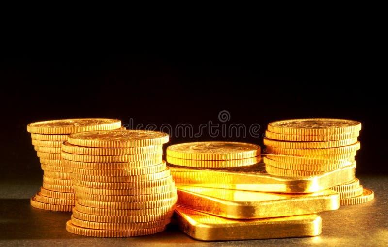 Barras y monedas de oro fotos de archivo libres de regalías
