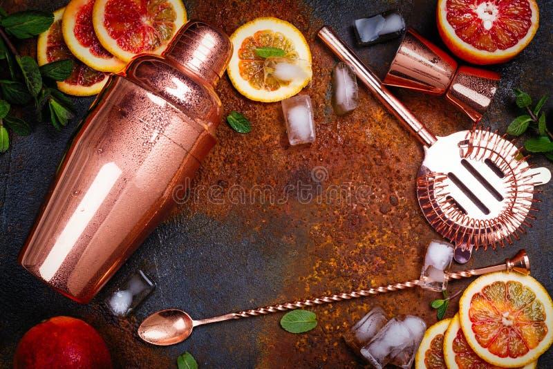 Barre acessórios, ferramentas da bebida e ingredientes do cocktail na tabela de pedra oxidada estilo liso da configuração foto de stock royalty free