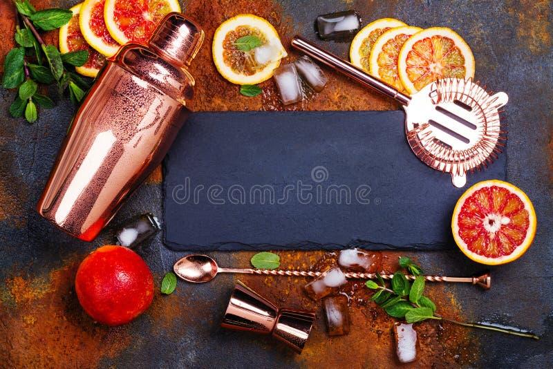 Barre acessórios, ferramentas da bebida e ingredientes do cocktail na tabela de pedra oxidada estilo liso da configuração fotos de stock royalty free