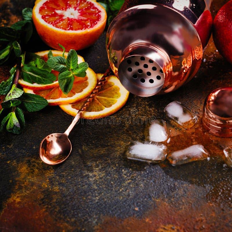 Barre acessórios, ferramentas da bebida e ingredientes do cocktail na tabela de pedra oxidada estilo liso da configuração imagens de stock