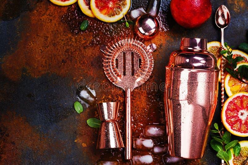 Barre acessórios, ferramentas da bebida e ingredientes do cocktail na tabela de pedra oxidada estilo liso da configuração fotos de stock