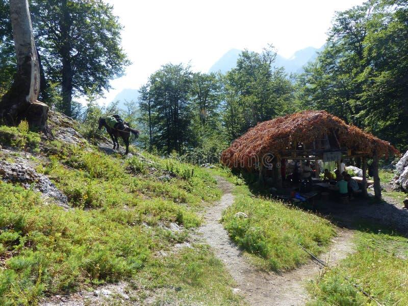 Barre caractéristique de passage pour les marcheurs en pleines montagnes des Alpes de l'Albanie images stock