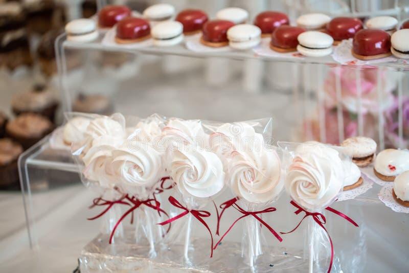 Barre de bonbons Table de bonbons à la fête de la fête Table de dessert pour une fête Table avec bonbons, bonbons, dessert, maria image libre de droits