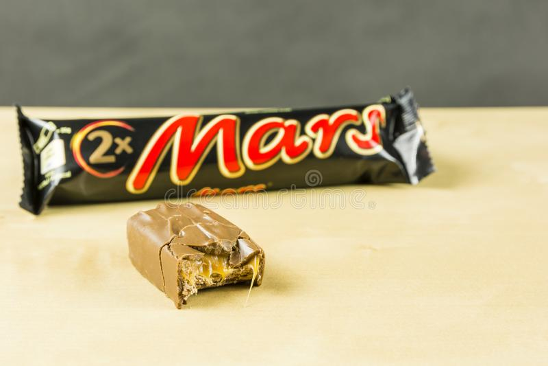 Barre de chocolat mordue - Mars photos libres de droits