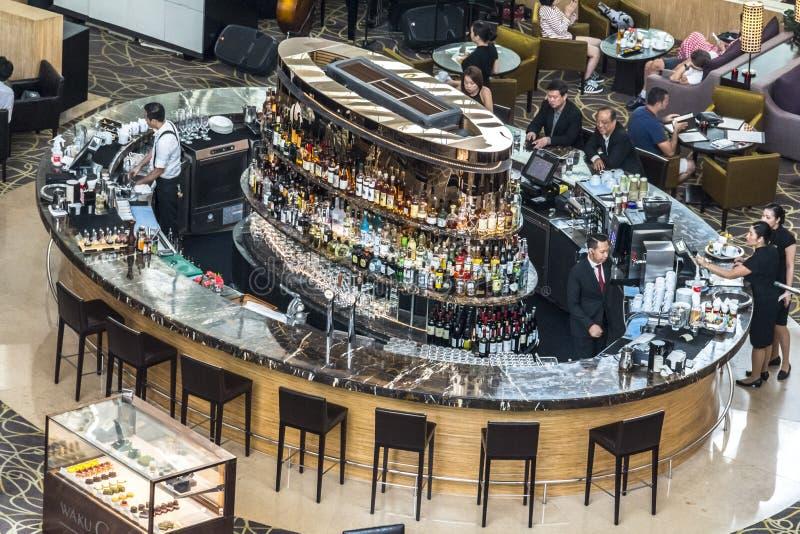 Barre de cocktail à l'intérieur de Marina Bay Sands, Singapour images libres de droits
