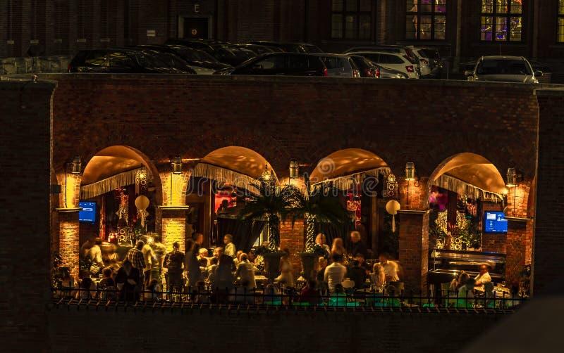 Barre de cocktail sous un parking dans un bâtiment historique à Berlin, Allemagne Un côté est ouvert construit et permet la vue d images stock