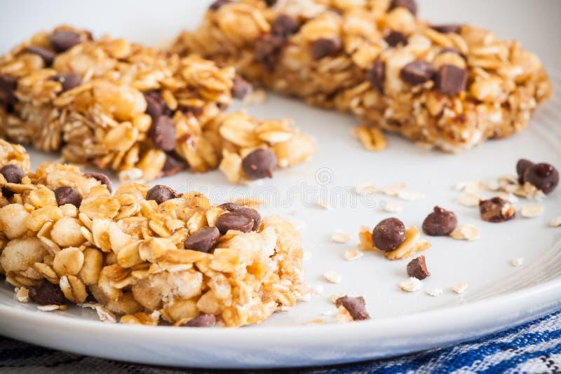 Barre de granola avec des puces de chocolat photo stock