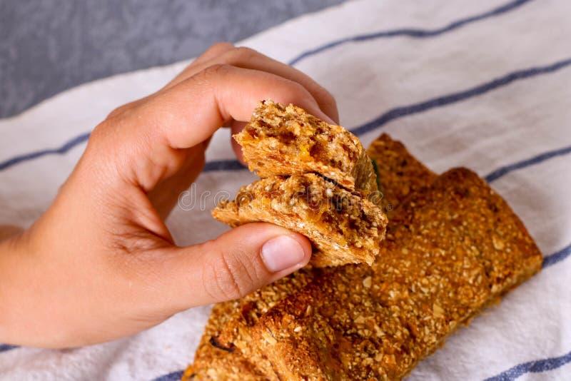 Barre de granola avec les écrous, le fruit et les baies Casse-croûte doux sain de dessert photographie stock