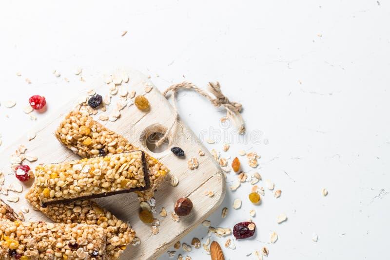 Barre de granola avec les écrous, le fruit et les baies sur le blanc image stock